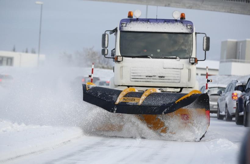 Lumesahk MSP03 Islandil lund lükkamas
