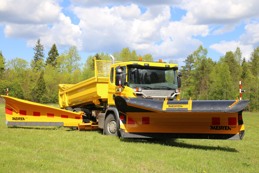 Photoshooting demo vehicle with snow ploughs by Meiren