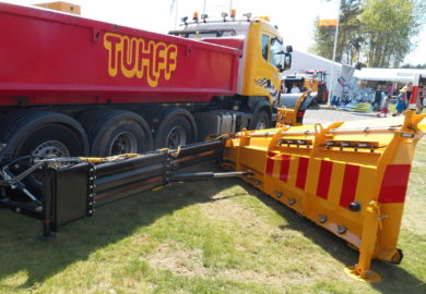 The side wing snow plow KSR is adapted for the mounting of the Swedish road maintenance vehicles