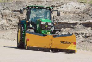 Lumiaurat on tarkoitettu traktoreihin, ja ne soveltuvat pyöräteiden, puistoteiden ja kapeiden sivuteiden auraukseen