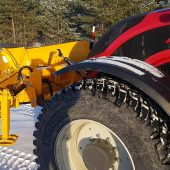 Plogen är universell – den kan kopplas till traktorer, hjullastare och lastbilar.